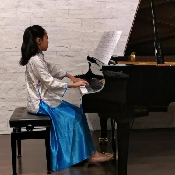 中中弹钢琴