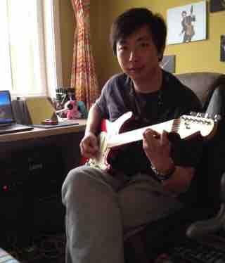 嘉亮弹吉他